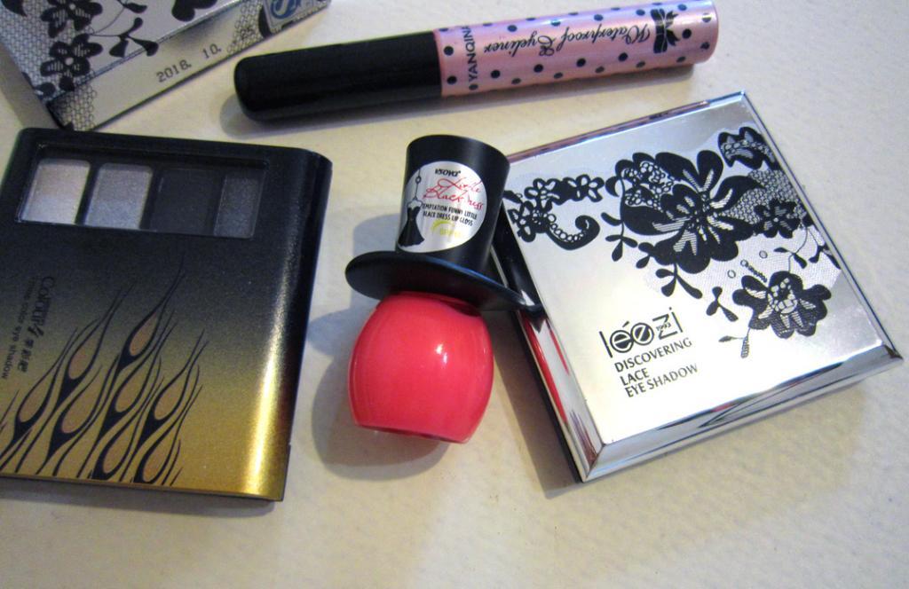 Стильный блеск для губ из серии Маленькое черное платье (Little Black Dress) 06