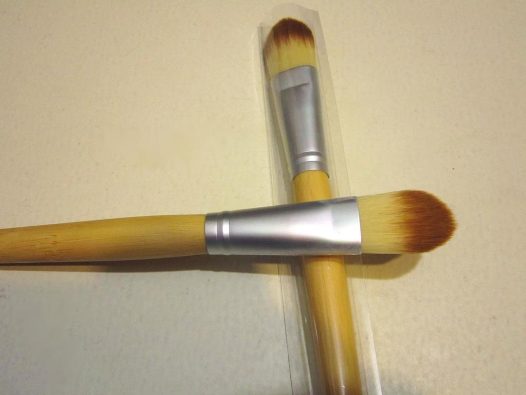 Кисть для нанесения тональной основы,  консилера, ВВ крема натуральная высококачественная 04