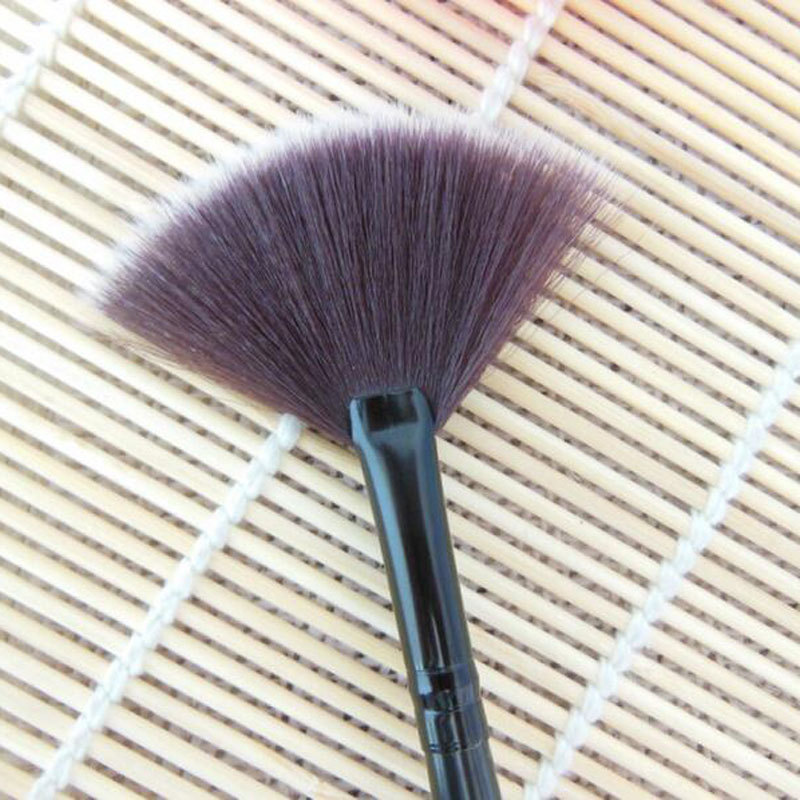 Кисть веерная Professional Brush длинная 06