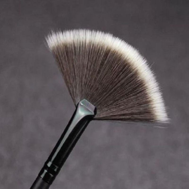 Кисть веерная Professional Brush длинная 01