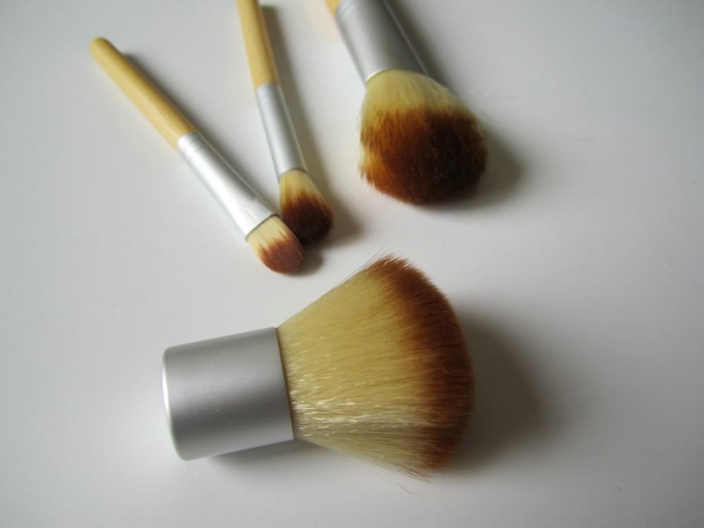 Компактный набор 4 кистей для макияжа с ручками из бамбука для нанесения минеральной косметики 06
