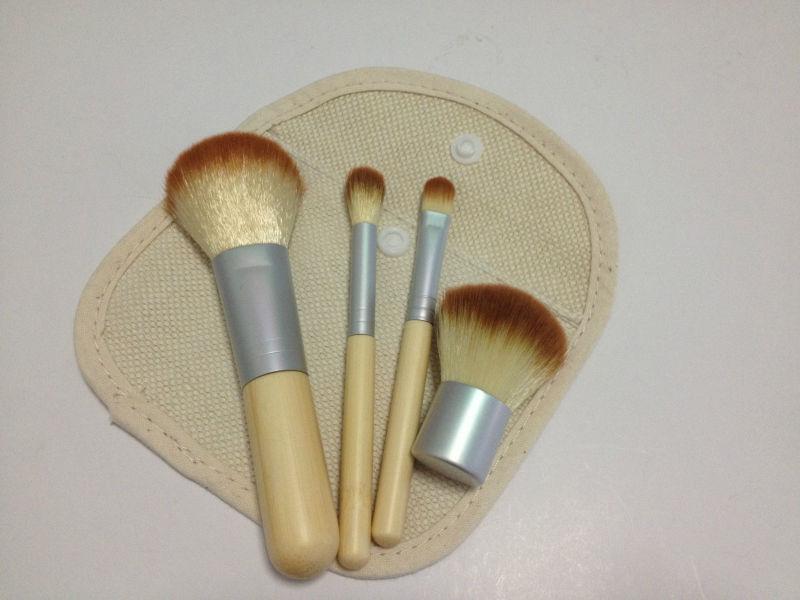 Компактный набор 4 кистей для макияжа с ручками из бамбука для нанесения минеральной косметики 09