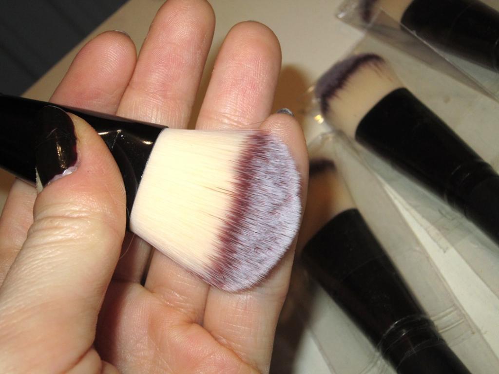 Профессиональная широкая густая кисть для нанесения тональной основы,  консилера, ВВ крема натуральная высококачественная 02
